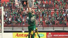 Indosport - Aksi selebrasi Manuchekhr Dzhalilov usai cetak gol ke gawang Barito Putera