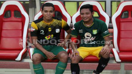 Evan Dimas dan Misbakus Solikin bertukar jersey usai laga Persebaya vs Barito Putera, Selasa (9/7/19), Copyright Fitra Herdian/Indosport. - INDOSPORT