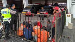 Indosport - Beberapa orang tengah diamankan polisi