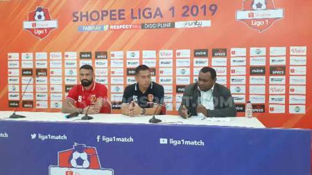 Pelatih Perseru Badak Lampung, Jan Saragih bersama pemainnya, Fransisco Torres saat konferensi pers usai laga. - INDOSPORT