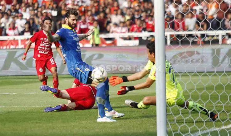 Bojan Malisic berusaha membiarkan bola di kemelut gawang Persib Bandung. Copyright: Herry Ibrahim/INDOSPORT
