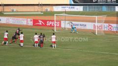 Indosport - Tendangan Penalti Boaz Solossa yang gagal membuahkan gol bagi Persipura Jayapura.