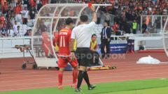 Indosport - Novri Setiawan diganjar kartu merah oleh wasit Farik Hitaba.