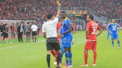 Indosport - Ezechiel N'douassel saat melawan Persija Jakarta