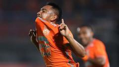 Indosport - Gelandang Borneo FC, Ambrizal Umanailo, melakukan selebrasi usai cetak gol dalam pertandingan Liga 1.