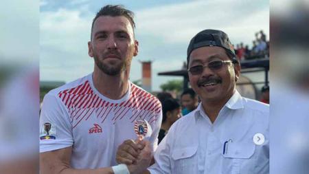 Striker Persija Jakarta Marko Simic (kiri) dan Gubernur Kepri sekaligus pemilik 757 Kepri Jaya FC H Nurdin Basirun (kanan). Foto: Instagram/@757keprijayafc - INDOSPORT