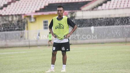 Wonderkid Persipura Jayapura, Todd Rivaldo Ferre mendapatkan penghargaan, usai terpilih jadi pemain muda terbaik Indonesian Soccer Award 2019. - INDOSPORT