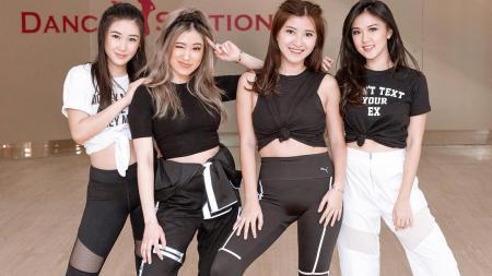 Karen Vendela (kiri) bersama ketiga rekannya saat akan melakukan cover dance lagu Black Pink - INDOSPORT