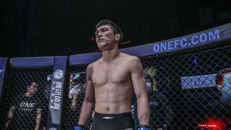 Shinya Aoki mengalahkan Eduard Folayang di ajang One Championship: A New Era. - INDOSPORT