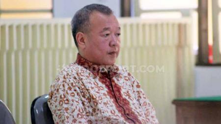 Terdakwa Johar Lin Eng mendengarkan bacaan vonis kasus penipuan tim Persibara Banjarnegara di Pengadilan Negeri (PN) Banjarnegara, Kamis (11/07/19) - INDOSPORT