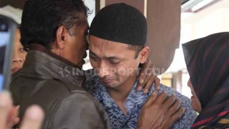 Terdakwa Nurul Safarid menangis di pelukan ayah dan adiknya usai mendengar bacaan vonis kasus penipuan tim Persibara Banjarnegara di Pengadilan Negeri (PN) Banjarnegara, Kamis (11/07/19)