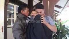 Indosport - Terdakwa Nurul Safarid menangis sambil mencium kening ibundanya usai mendengar bacaan vonis kasus penipuan tim Persibara Banjarnegara di Pengadilan Negeri (PN) Banjarnegara, Kamis (11/07/19)