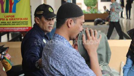 Terdakwa Nurul Safarid mencium kening istrinya usai mendengar bacaan vonis kasus penipuan tim Persibara Banjarnegara di Pengadilan Negeri (PN) Banjarnegara, Kamis (11/07/19)