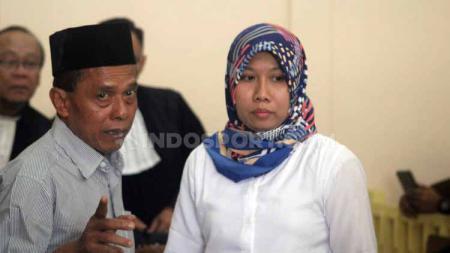 Terdakwa Prianto dan Anik Yuni alias Tika berkonsultasi dengan kuasa hukum uso mendengarkan bacaan vonis kasus penipuan tim Persibara Banjarnegara di Pengadilan Negeri (PN) Banjarnegara, Kamis (11/07/19) - INDOSPORT