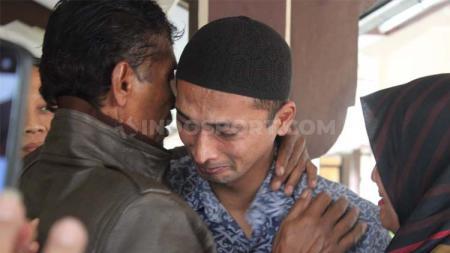 Terdakwa Nurul Safarid menangis di pelukan ayah dan adiknya usai mendengar bacaan vonis kasus penipuan tim Persibara Banjarnegara di Pengadilan Negeri (PN) Banjarnegara, Kamis (11/07/19). - INDOSPORT