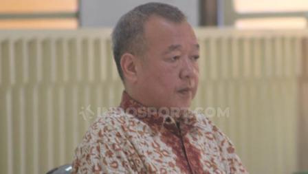 Terdakwa Johar Lin Eng mendengarkan bacaan vonis kasus penipuan tim Persibara Banjarnegara di Pengadilan Negeri (PN) Banjarnegara, Kamis (11/07/19).