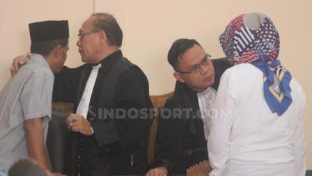 Terdakwa Prianto dan Anik Yuni alias Tika berkonsultasi dengan kuasa hukum uso mendengarkan bacaan vonis kasus penipuan tim Persibara Banjarnegara di Pengadilan Negeri (PN) Banjarnegara, Kamis (11/07/19).
