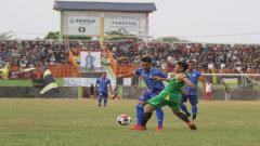 Indosport - Pemain Persip Berebut Bola dengan Pemain Persegal