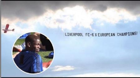 Manchester United mendapat kejutan berupa spanduk bertuliskan gelar kemenangan tim rival Liverpool. - INDOSPORT