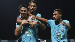 Indosport - Pemain Persela melakukan selebrasi usai mencetak gol