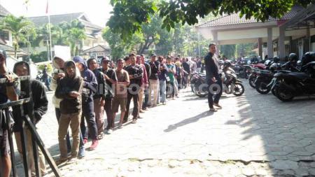 Antrean pembelian tiket PSS Sleman vs Persebaya Surabaya mengular di Stadion Tridadi, Sleman, pagi ini, Jumat (12/07/19). Foto: Ronald Seger Prabowo/INDOSPORT - INDOSPORT