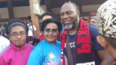 Indosport - Suporter dan masyarakat Jayapura saat menyambut Jacksen Tiago di Bandara Sentani, Jayapura, Papua.