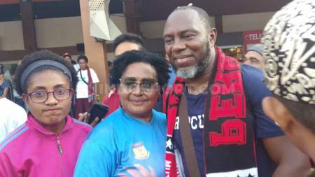 Suporter dan masyarakat Jayapura saat menyambut Jacksen Tiago di Bandara Sentani, Jayapura, Papua. - INDOSPORT