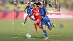 Indosport - Dedik Setiawan membawa bola menuju gawang Semen Padang