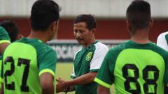 Indosport - Djadjang Nurdjaman memimpin official training di Stadion Maguwoharjo, Jumat (12/7/19).
