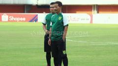 Indosport - Djadjang Nurdjaman memperhatikan kondisi pemainnya saat official training di Stadion Maguwoharjo pada Jumat (12/7/19).
