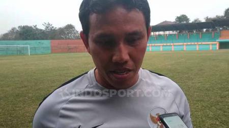 Pelatih timnas Indonesia U-16, Bima Sakti, memberikan pernyataan selepas uji coba dengan tim lokal Bogor. - INDOSPORT