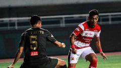 Indosport - Pemain TIRA-Persikabo, Andy Setyo, berusaha menghalau aksi pemain Madura United dalam duel Shopee Liga 1 2019.