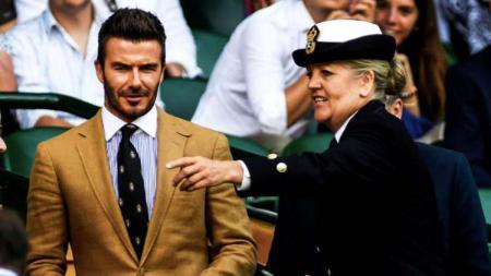 Legenda Manchester United, David Beckham (kiri) menyaksikan laga antara Rafael Nadal vs Roger Federer di semifinal Wimbledon 2019 - INDOSPORT