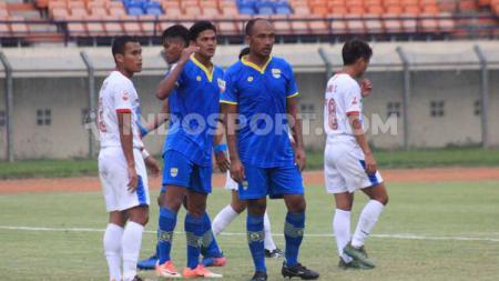 Pemain belakang Blitar Bandung United, Aang Suparman saat menghadapi PSPS Riau beberapa waktu lalu..jpg - INDOSPORT