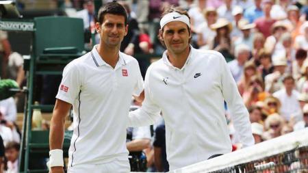 Novak Djokovic (kiri) dan Roger Federer saling berhadapan di Final Wimbledon 2019. - INDOSPORT