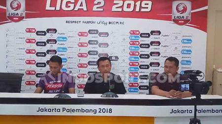 Pelatih Persita Tangerang, Widodo C Putro (tengah) saat sedang konfrensi pers.jpg - INDOSPORT