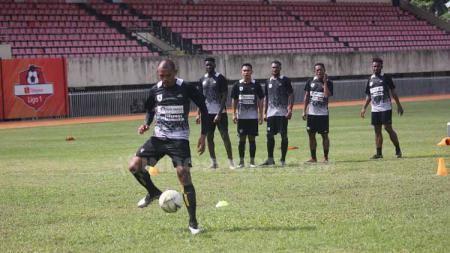 Klub Liga 1 Persipura Jayapura saat menggelar latihan di Stadion Mandala beberapa waktu lalu. - INDOSPORT