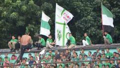Indosport - Kelompok suporter PSMS Medan, SMeCK Hooligan saat memberikan dukungan di Stadion Teladan Medan.