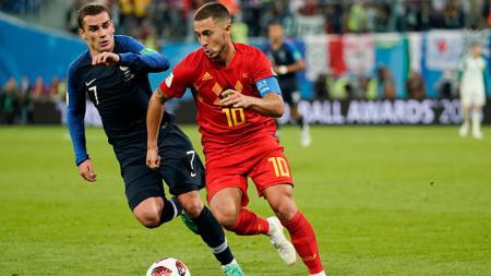 Antoine Griezmann (kiri) saat berduel dengan Eden Hazard di Piala Dunia 2018 - INDOSPORT