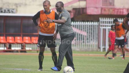Jacksen Tiago saat memberikan arahan kepada bek senior Persipura, Ricardo Salampessy dalam sesi latihan di Stadion Mandala, Sabtu (13/7/19).