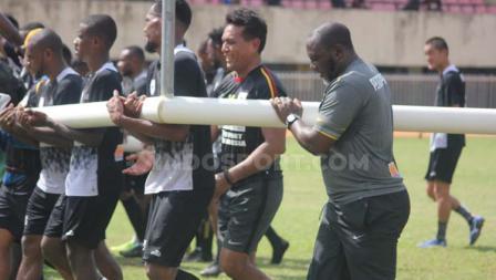 Jacksen F Tiago ikut gotong royong mengangkat gawang bersama pemain Persipura Jayapura sebelum dimulainya latihan.