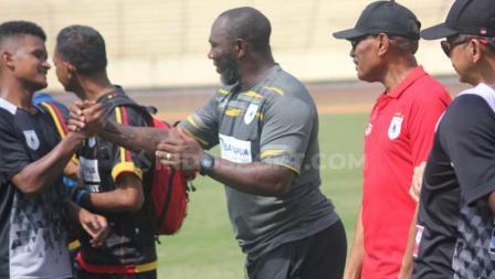 Jacksen Tiago bersama Ketua Umum, Benhur Tomi Mano dan Manajer Tim, Rudy Maswi saat menyalami para pemain selepas latihan di Stadion Mandala, Sabtu (13/7/19).