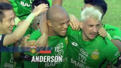 Indosport - Selebrasi pemain Bhayangkara FC setelah Andeson mencetak gol ke gawang PSM Makassar