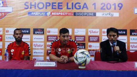 Pelatih Bhayangkara FC, Angel Alfredo Vera, dalam jumpa pers usai laga - INDOSPORT