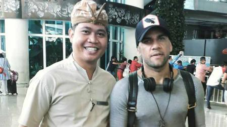 Fans Barcelona di Bali, Indra, bahagia bisa foto bareng Dani Alves - INDOSPORT