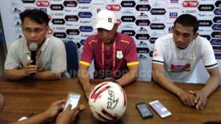 Pelatih PSMS Medan Abdul Rahman Gurning (tengah) didampingi pemainnya Legimin Raharjo (kanan) dalam temu pers usai pertandingan melawan PSCS Cilacap. - INDOSPORT