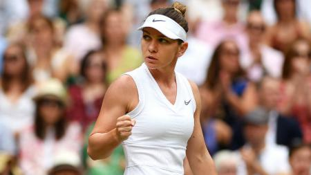Simona Halep dalam laga final Wimbledon 2019 melawan Serena Williams. - INDOSPORT