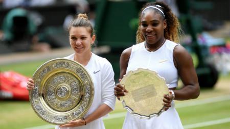 Simona Halep (kiri) meraih gelar Wimbledon pertamanya usai mengalahkan Serena Williams. - INDOSPORT