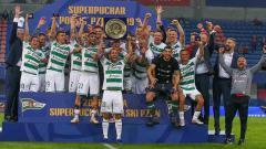 Indosport - Selebrasi Lechia Gdansk usai berhasil meraih gelar Piala Super Polandia.