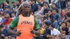 Indosport - Pemain naturalisasi PSMS Medan, Mohamadou Alhadji absen dalam laga melawan Blitar United karena akumulasi kartu. Foto: Aldi Aulia Anwar/INDOSPORT